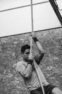 at klatre i reb kræver styrke indenfor kropsvægtstræning.