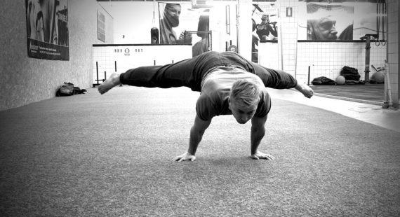 Niels udfører en straddle planche som er en øvelse indenfor kropsvægtstræning.