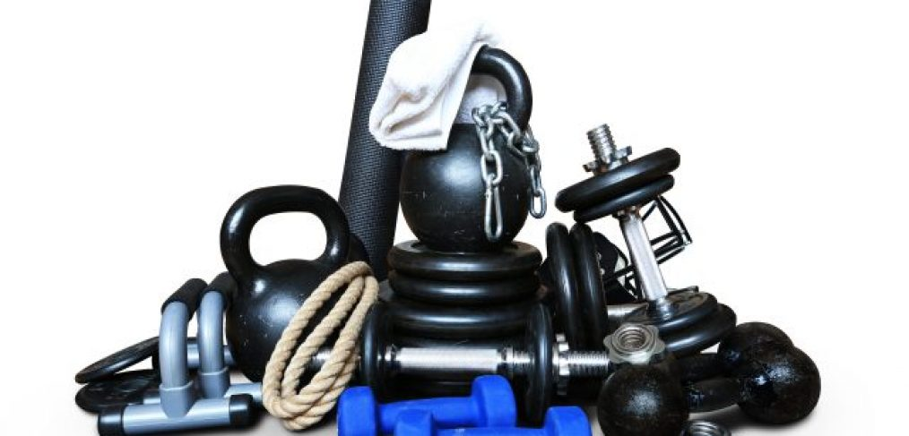 træningsudstyr til styrketræning såsom kettlebell, håndvægte, reb, foamroller, armbøjningsbøjler, vægtskiver, kæder og sjippetov