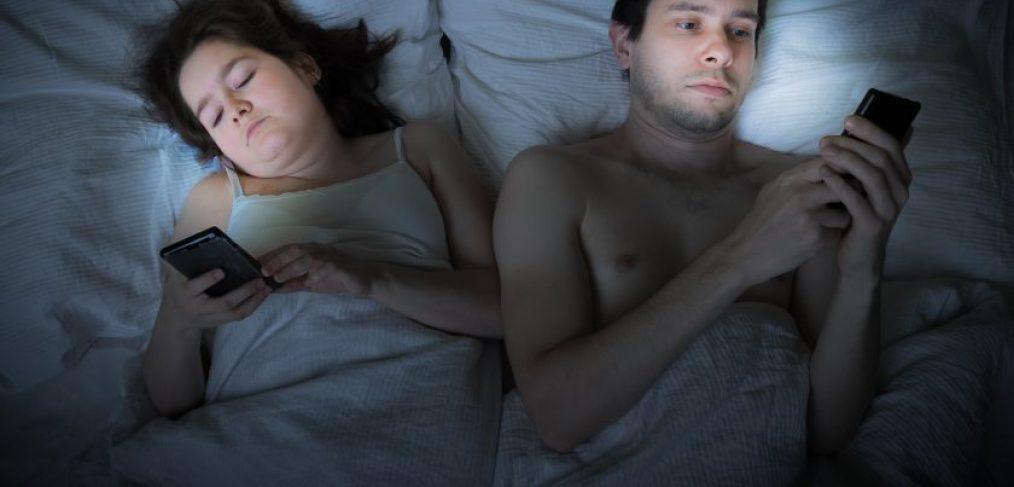 kærestepar har søvnproblemer og kan ikke sove