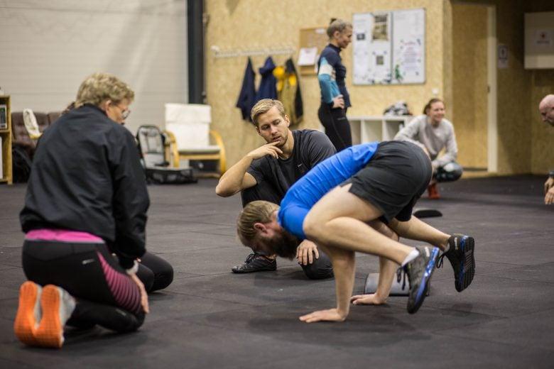 personlig træner Niels Jørgensen lærer sin klient at stå på hænder