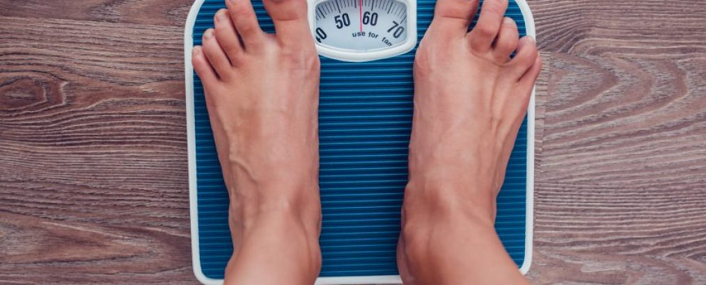 kvinde vejer sig efter et effektivt vægttab