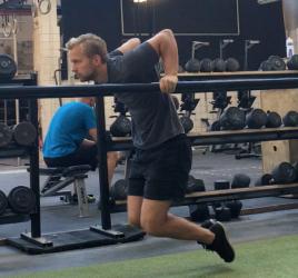 dips i stativ til styrketræning af personlig træner i københavn Niels Jørgensen