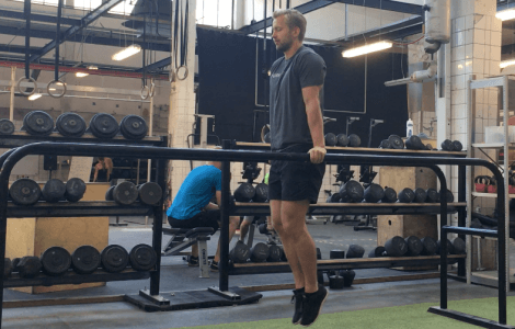 personlig træner Niels Jørgensen laver dips i dips stativ