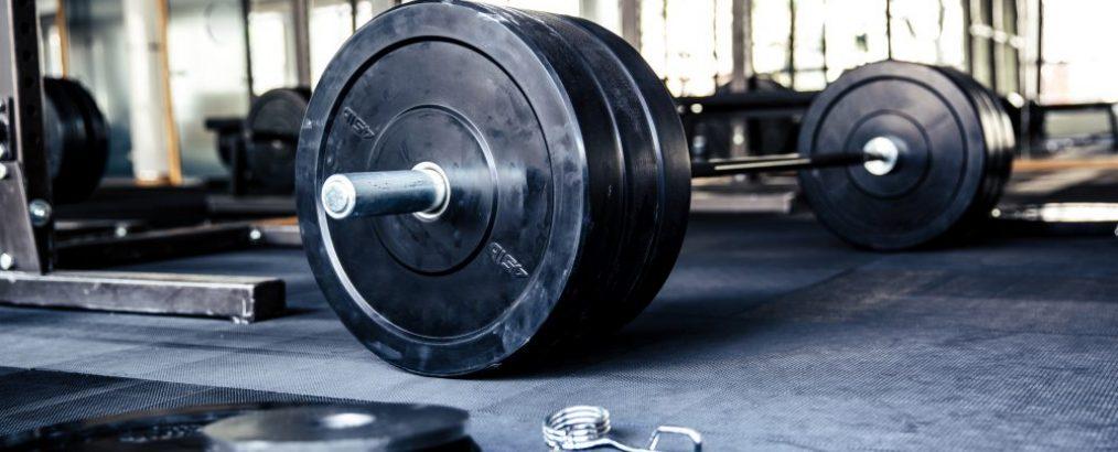 fullbody program i et fitnesscenter med vægtstang