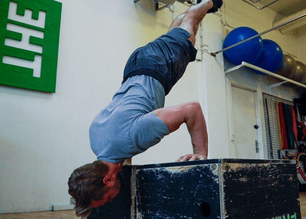 fritstaaende handstand push ups